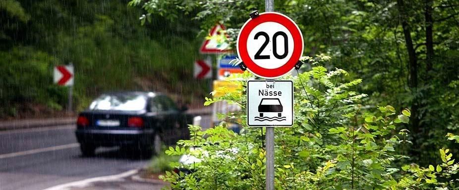 Tempolimit Mit Schild Bei Nässe Wann Ist Eine Straße Nass Adac