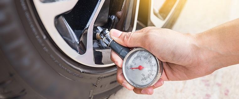 Измерьте давление в шинах