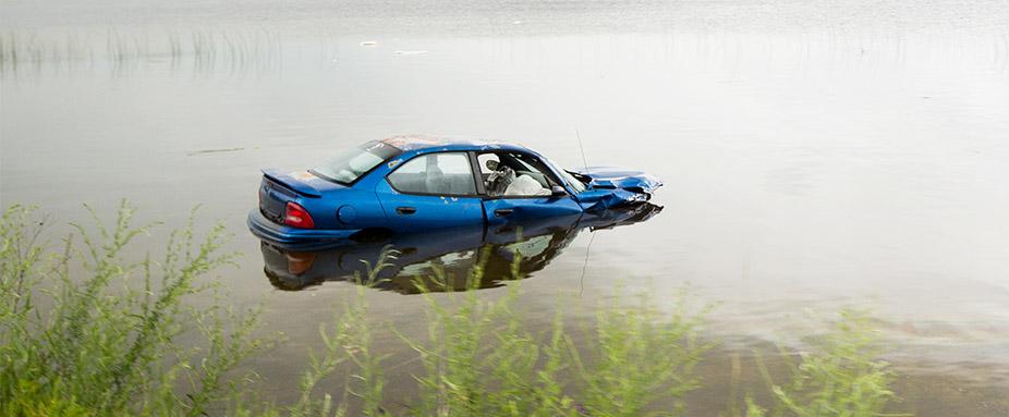 Wasserunfall Aus Einem Sinkenden Auto Fliehen Adac