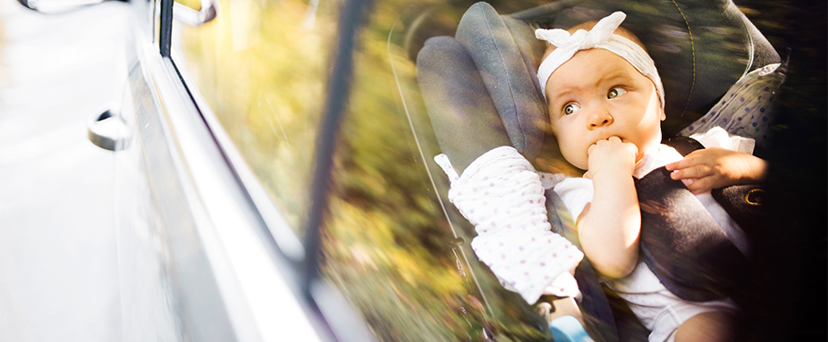 Baby in Kindersitz im Auto