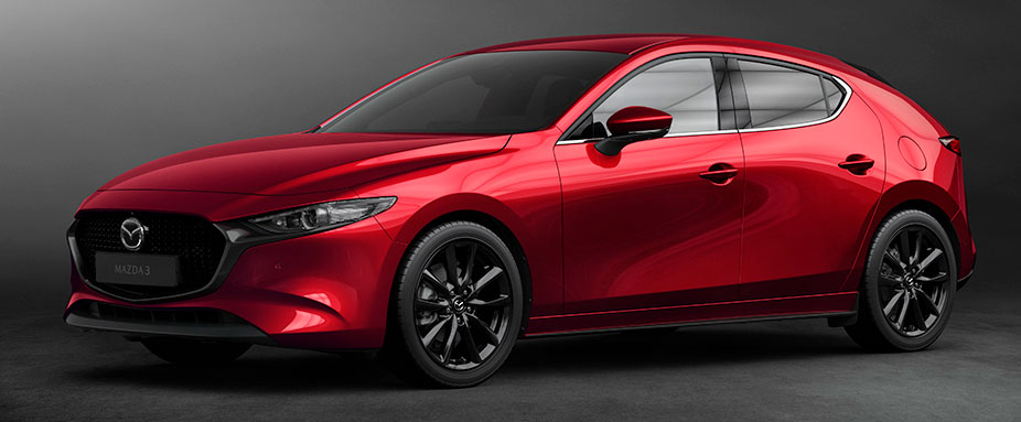 Roter Mazda 3 stehend
