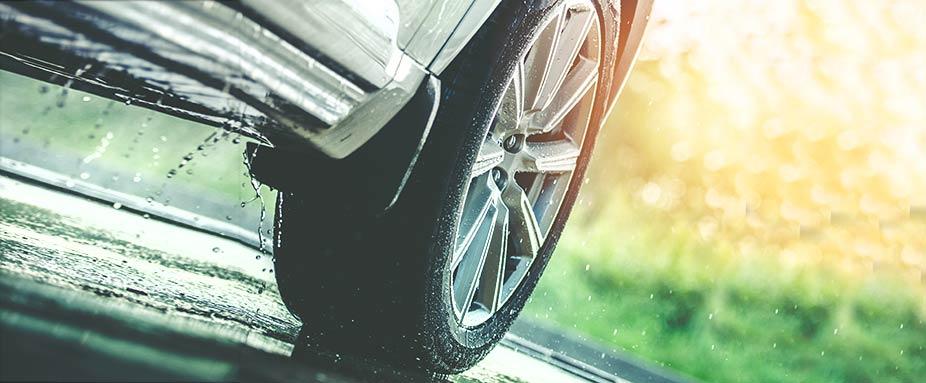 auto fahrt auf nasser fahrbahn
