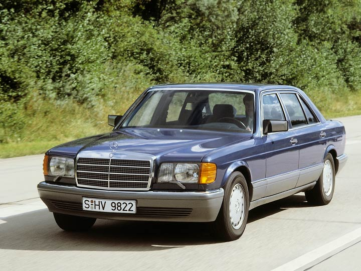 Historisches Foto Mercedes Youngtimer 126 fahrend